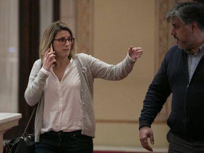 Los diputados de Junts per Catalunya, Elsa Artadi y Albert Batet, en el Parlament.