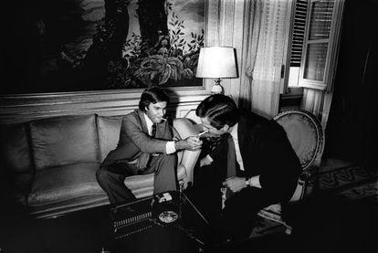 Felipe González enciende un cigarrillo a Adolfo Suárez en La Moncloa en 1977.