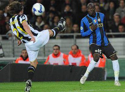 Tiago despeja el balón ante la atenta mirada de Balotelli.