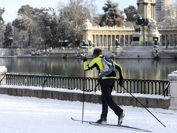 Un hombre practica esquí de fondo junto al estanque grande del parque del Retiro, en Madrid, aprovechando la nieve dejada por el paso de un temporal, el 11 de enero de 2010. Al fondo, en la imagen, el conjunto escultural dedicado al rey Alfonso XII.