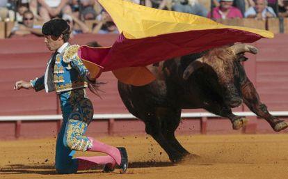 Manuel Escribano recibe a porta gayola a su primer toro.