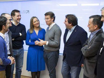 Feijóo (con jersey gris) con los candidatos a alcalde