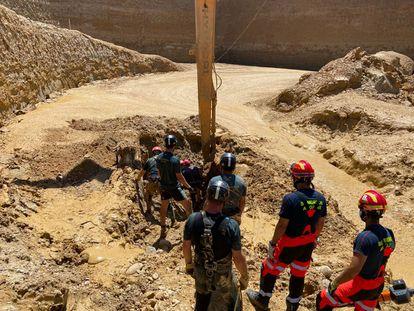 Algunos miembros de los equipos que han participado en el rescate del hombre que fue sepultado por el lodo el jueves pasado en una cantera de Villanueva de la Reina (Jaén).