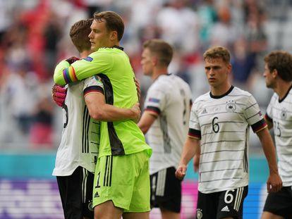 El portero alemán Manuel Neuer, con el brazalete arcoíris, celebraba con sus compañeros la victoria ante Portugal, el pasado sábado en el Allianz Arena de Múnich.
