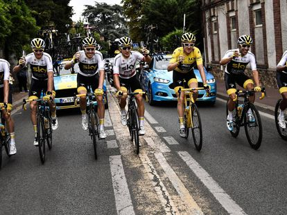 Paris (France), 29/07/2018.- (L-R) Netherlands' Wout Poels, Great Britain's Christopher Froome, Britain's Luke Rowe, Poland's Michal Kwiatkowski, Britain's Geraint Thomas wearing the overall leader's yellow jersey, Spain's Jonathan Castroviejo and Colombia's Egan Bernal of Team Sky drink champagne during the 21st and final stage of the 105th edition of the Tour de France cycling race over 116km between Houilles and Paris, France, 29 July 2018. (España, Ciclismo, Polonia, Países Bajos; Holanda, Gran Bretaña, Francia) EFE/EPA/MARCO BERTORELLO / POOL