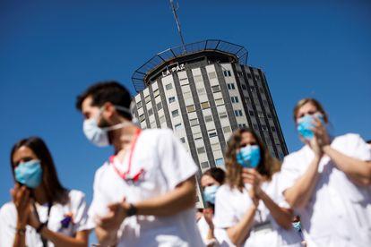 Decenas de sanitarios del Hospital Universitario de La Paz de Madrid despiden con un acto el 19 de mayo a los residentes de cuarto año de este centro.