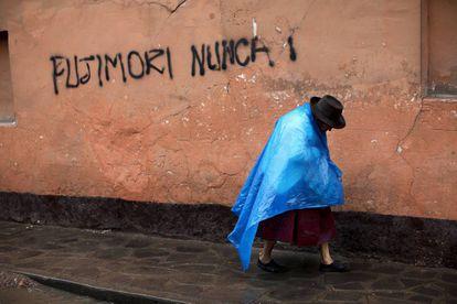 Una mujer pasa por delante de un grafitti en Ayacucho en contra de la candidata electoral Keiko Fujimori, hija del expresidente Alberto Fujimori, en septiembre de 2019.