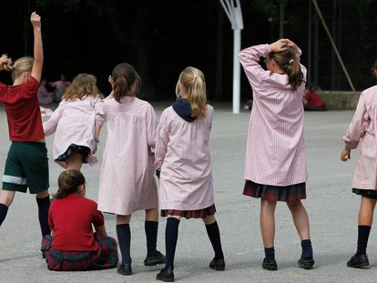 Varias alumnas, en el patio del colegio solo para niñas La Vall, en Bellaterra (Barcelona).