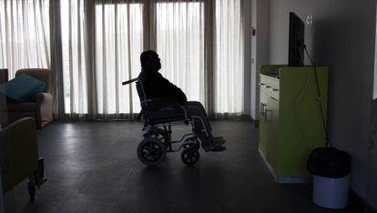 Una persona mayor ve la televisión en una residencia de ancianos en Madrid.