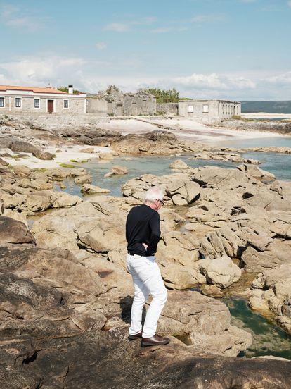 El arquitecto en las rocas que dan a su casa.