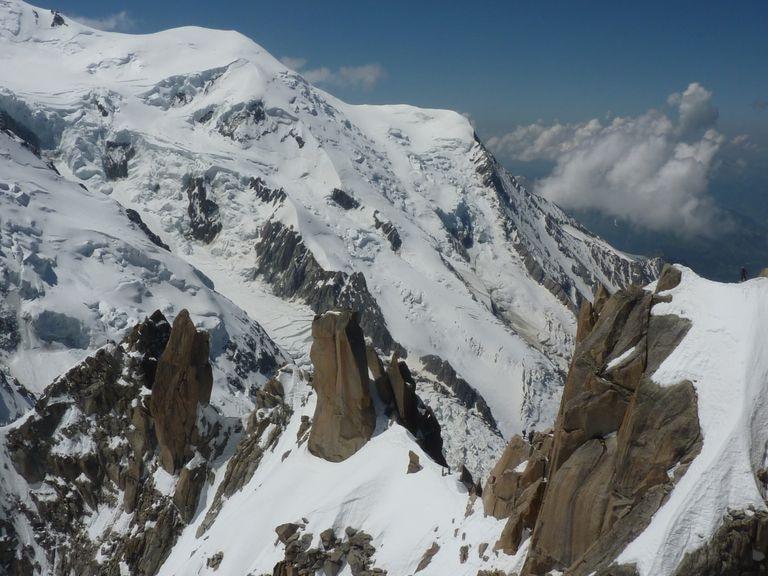Varios guías y sus clientes, en la arista de Cósmicos, bajo el Mont Blanc.