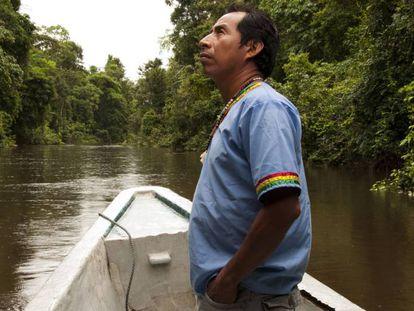 Manuel Coquinche, coordinador del proyecto de turismo comunitario Yaku Warmi, en la comuna de Martinica, observa la flora y fauna que rodea al río Cocaya.