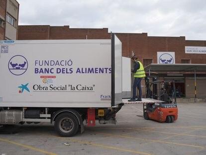 Reparto de comida en unos de los Bancos de Alimentos de Cataluña.
