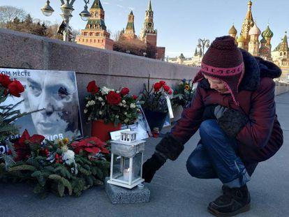 Kulikóvskaya cuida el memorial de Nemtsov.