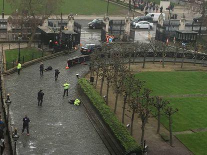 Momento en el que la policía abate al terrorista. A la derecha, el agente asesinado.