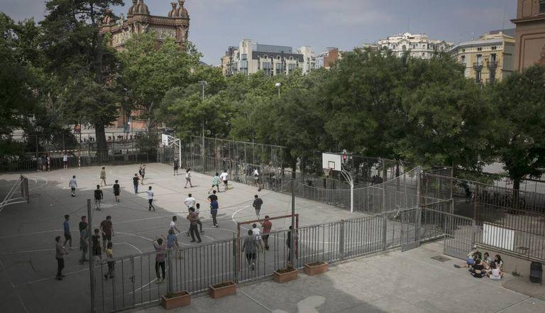 Alumnos en el patio de un instituto de Barcelona.