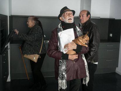 Inquilinos de los pisos para mayores de Ca L'Isidret, en Barcelona, el viernes pasado, tras recibir las llaves.