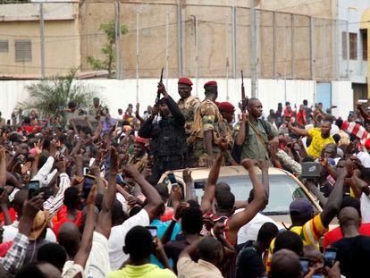 Decenas de personas celebran el golpe de Estado de Malí al paso de un vehículo militar, este martes en Bamako.