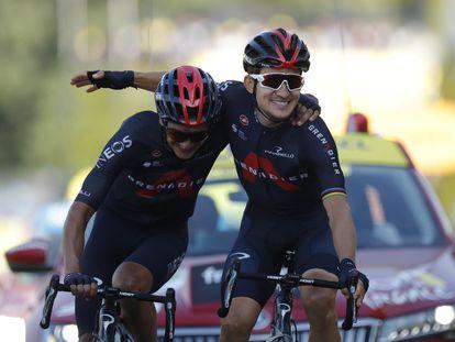 Michal Kwiatkowski (derecha) se abraza con su compañero de equipo Richard Carapaz tras ganar la 18ª etapa del Tour de Francia.