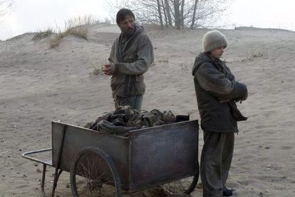 Viggo Mortensen y Kodi Smith-MacPehee, en una escena de la película 'The road', basada en el libro de Cormac McCarthy.