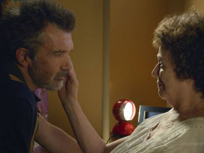 Antonio Banderas y Julieta Serrano, en 'Dolor y gloria'. En el vídeo, tráiler de la película.