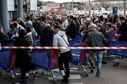 Cola para entrar a un supermercado en Givors, cerca de Lyon.