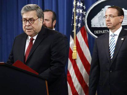 El fiscal general William Barr, flanqueado por los fiscales generales adjuntos Rosenstein y O'Callaghan. En vídeo, declaraciones de Barr.
