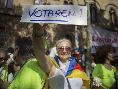 """Una persona participa en el inicio de la """"Maratón por la democracia"""" que desarrolla acciones delante de las sedes de ayuntamientos por toda Cataluña para confeccionar material de campaña para defender el referéndum del 1-O."""
