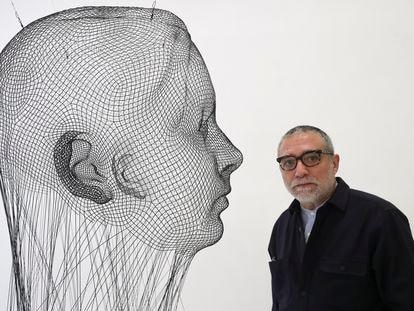 Jaume Plensa junto a 'Invisible Ana', una de las esculturas que pueden verse en la exposición 'La llarga nit' de la galería Senda de Barcelona.