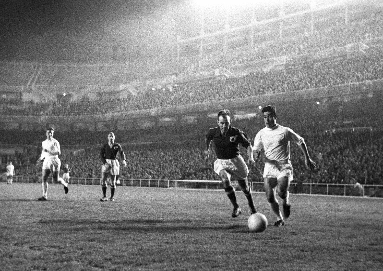 Manolín Bueno, en un partido con el Madrid en 1961.