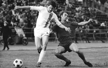 Eigendorf, de blanco, en un partido con el Dinamo de Berlín en 1975.