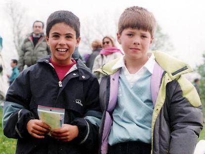 Arteta (izquierda) y Xabi Alonso (derecha), de jugadores infantiles en el Antiguoko, en San Sebastián.