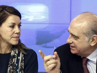 María Dolores de Cospedal conversa con Jorge Fernández Díaz durante la reunión del partido, en 2013.