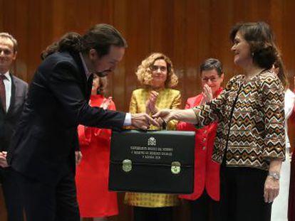 Carmen Calvo entrega la cartera de Derechos Sociales y Agenda 2030 al líder de Unidas Podemos