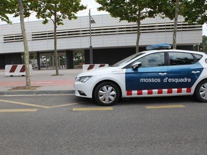 Un coche de los Mossos d'Esquadra frente a una comisaría.