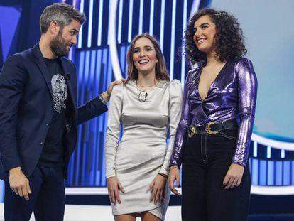 El presentador de 'OT', Roberto Leal, con las dos nominadas para abandonar la academia, Marilia (centro) y Marta, en la octava gala del programa.