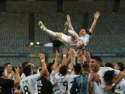 Los jugadores de Argentina alzan a Messi tras el triunfo contra Brasil, en el Maracaná.