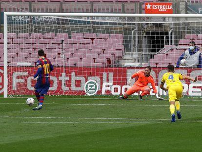 Messi, en el momento de marcar de penalti al Cádiz.