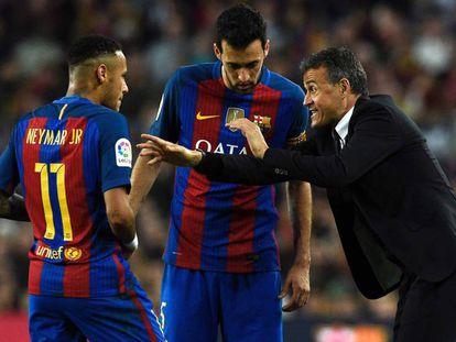 Luis Enrique da indicaciones a Neymar y Busquets.