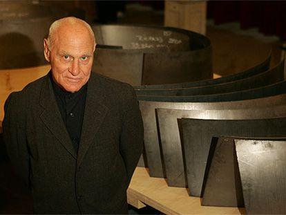 El escultor norteamericano Richard Serra, ante las maquetas del conjunto de esculturas 'La materia del tiempo', instaladas ahora en el Museo Guggenheim de Bilbao.