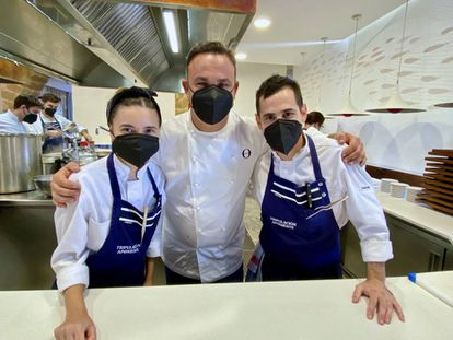 El cocinero Ángel León con sus dos pasteleros. J.C. CAPEL