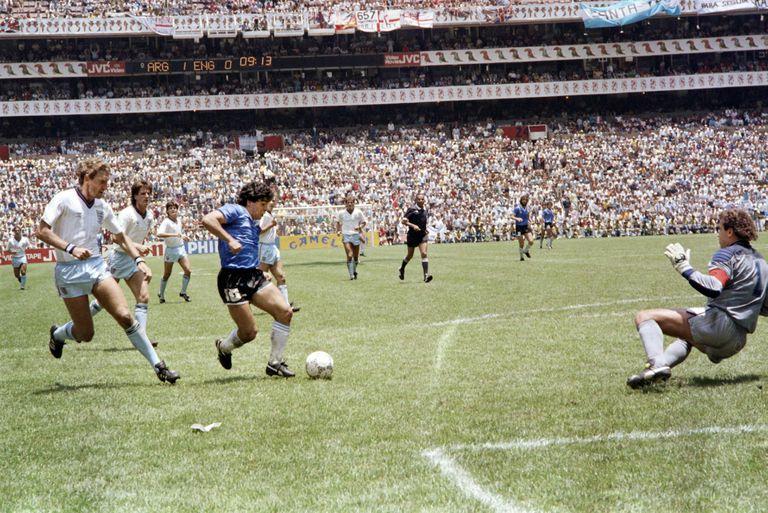 """Diego Armando Maradona culmina la """"jugada de todos los tiempos"""" frente a Inglaterra en el Mundial de México 86"""