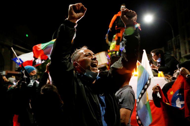 """Partidarios de la elecciòn """"Yo apruebo"""" reaccionan después de escuchar los resultados del referéndum sobre una nueva constitución chilena en Valparaíso, Chile"""