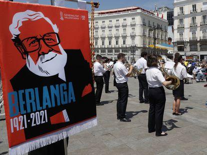 La Societat Musical Eslava interpreta música de las películas del cineasta Luis García Berlanga en la Puerta del Sol de Madrid dentro de los actos para celebrar el centenario de su nacimiento.