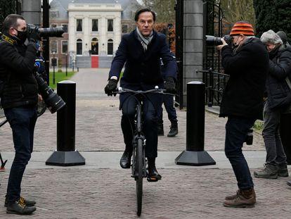 El primer ministro en funciones holandés, Mark Rutte, saliendo del Palacio Real de La Haya.