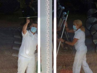En la imagen, trabajadores de limpieza en el gimnasio anexo al hotel Finisterre donde permanecen confinados los jugadores del Fuenlabrada.