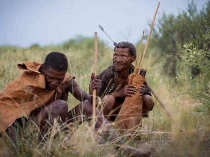 Dos indígenas de la minoría san de Botsuana, vestidos a la manera tradicional en los alrededores de la localidad Ghanzi, a las puertas del Kalahari. Diciembre de 2017.