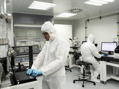 Investigadores en un laboratorio universitario.