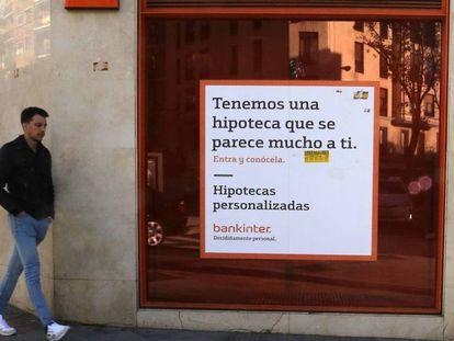 Un cartel anuncia una hipoteca en una sucursal bancaria en Madrid. En vídeo, resumen de lo aprobado en la nueva ley.