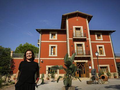 Clara Sánchez, ante el hotel Buenavista, que aparece en su novela.